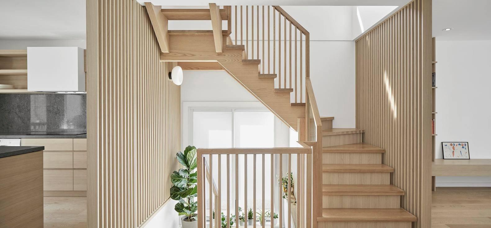 Lối đi cầu thang gỗ công nghiệp đẹp chắc chắn